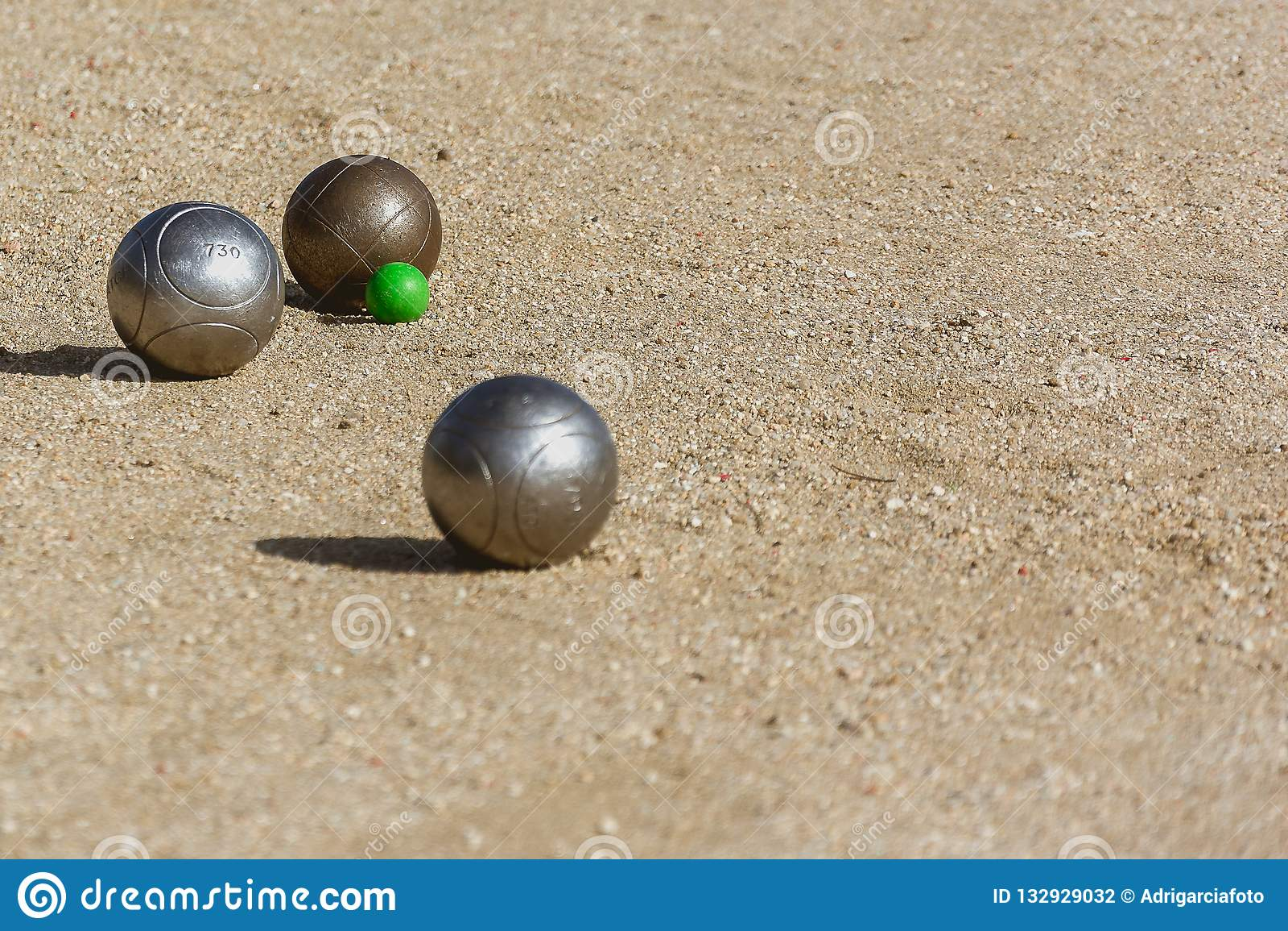 在比赛法院的地板上的Petanque球