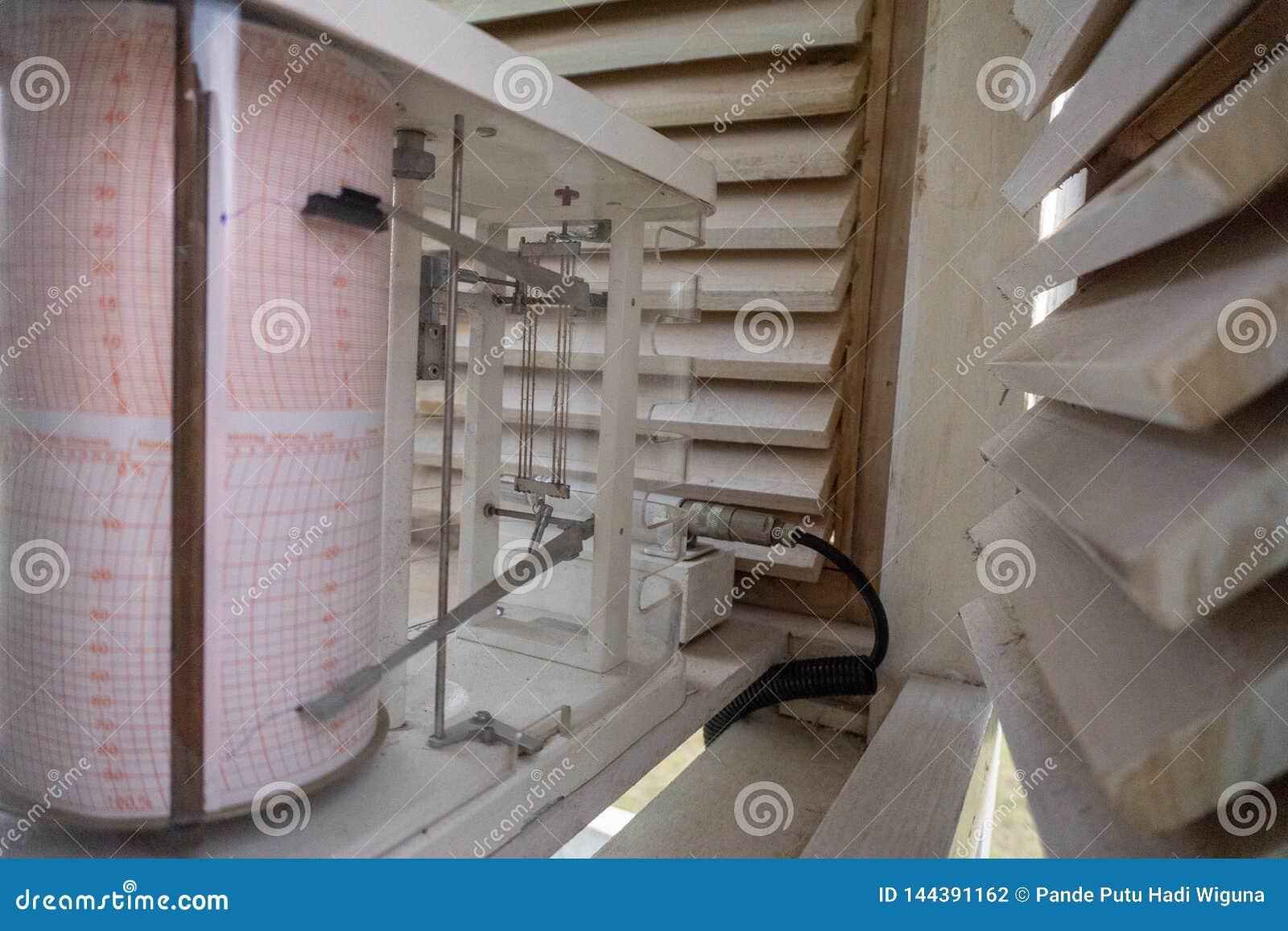 在气象笼子的气压自动记录仪 它起作用测量气压