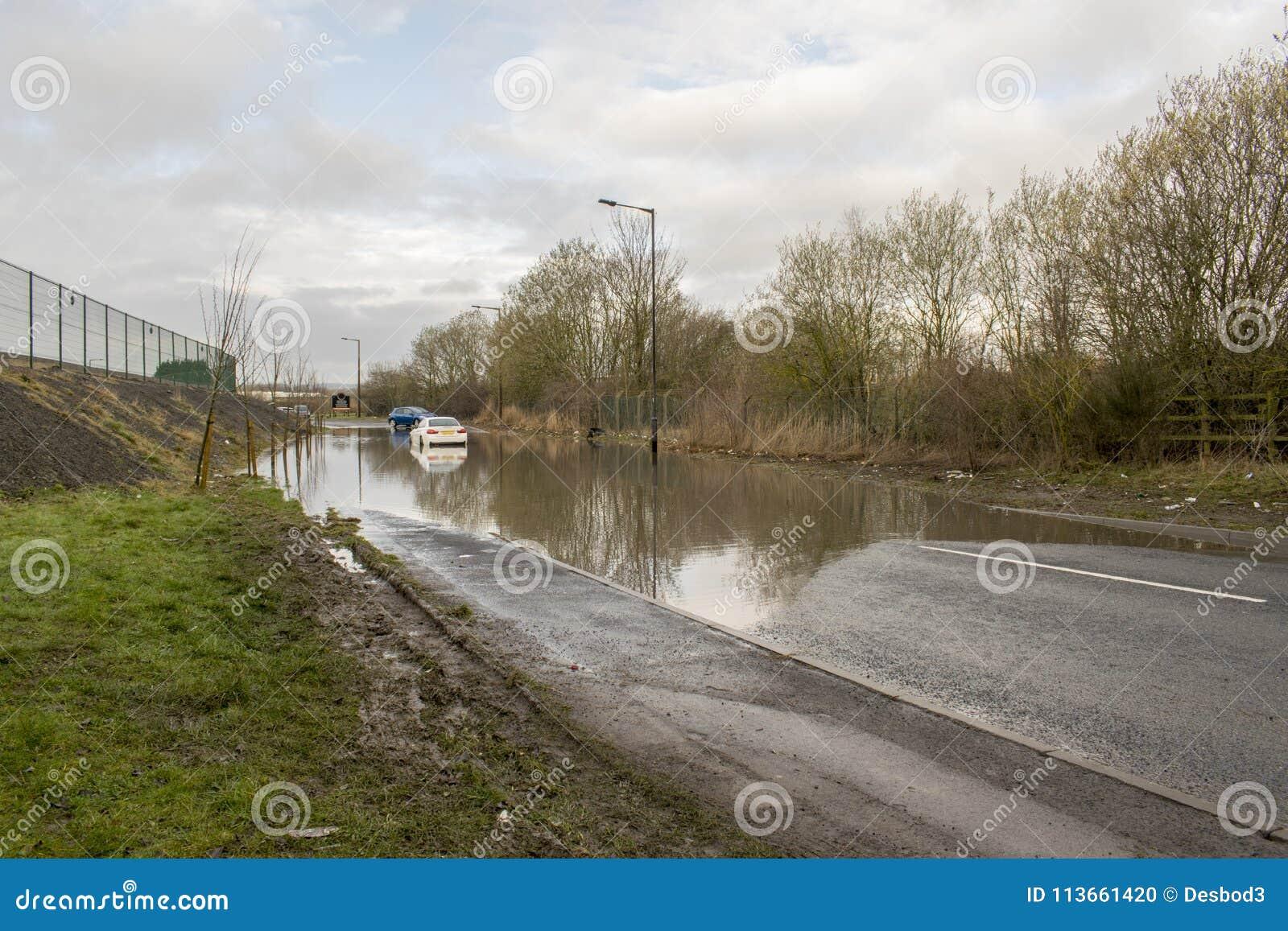 在水中困住的汽车在河Dearne以后被充斥的Dearne路