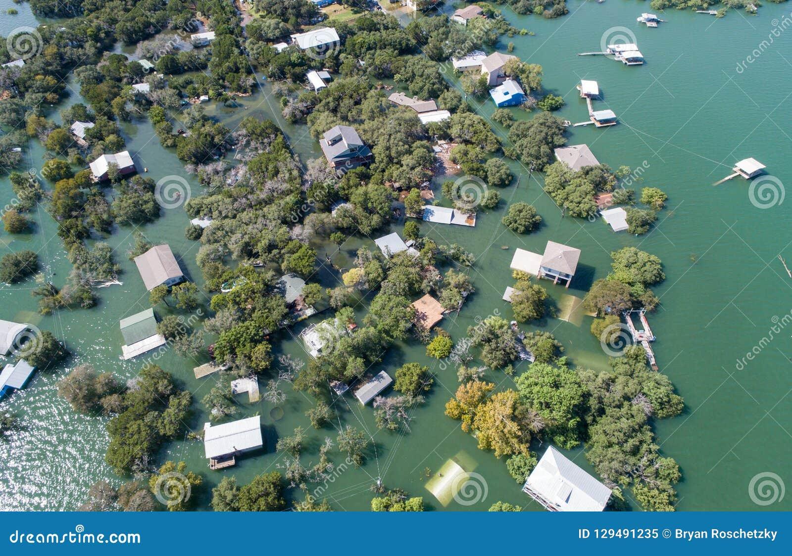 在水主要洪水下的空中寄生虫视图enitre邻里在得克萨斯中部