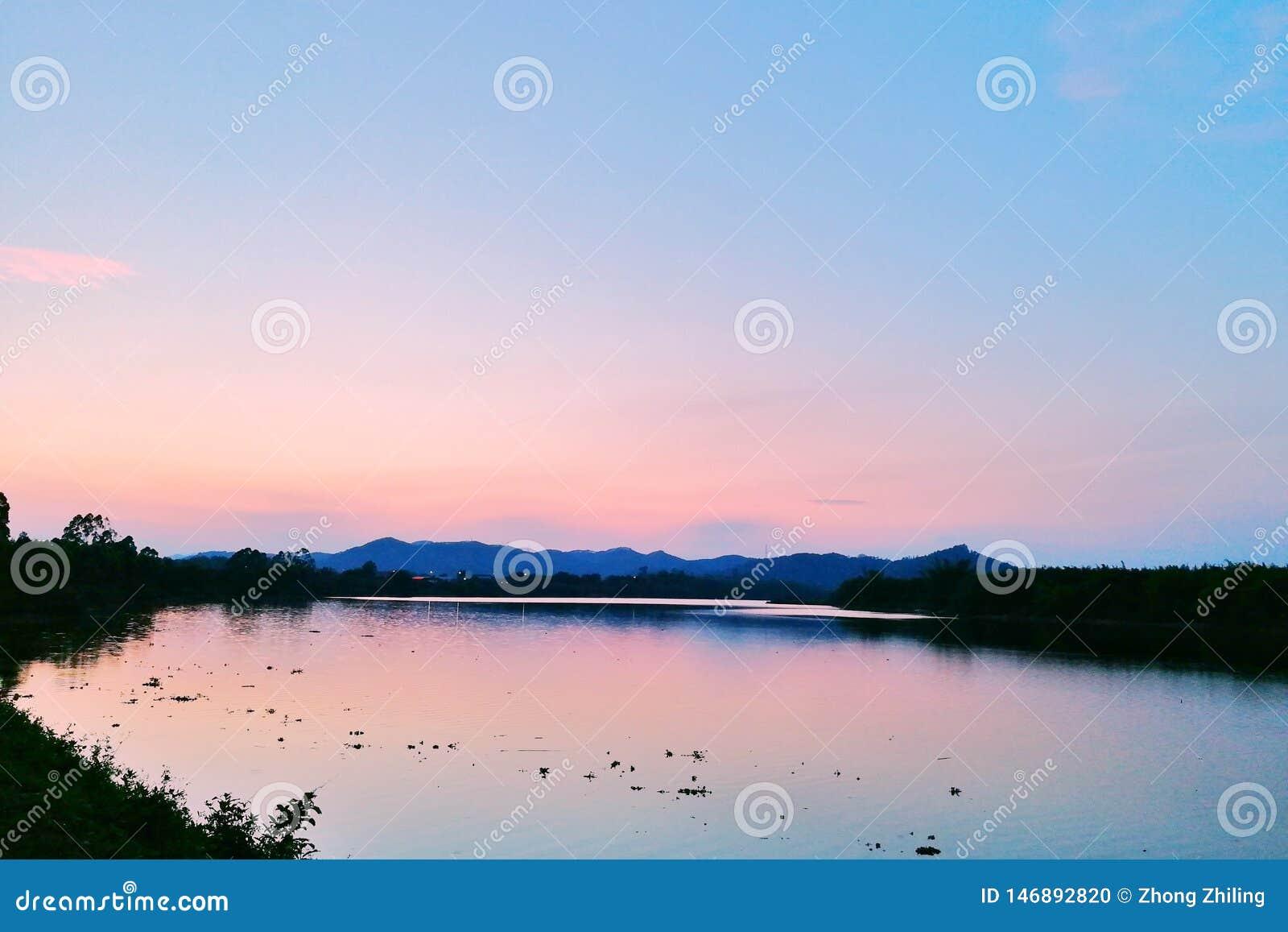 在水反映的日落焕发
