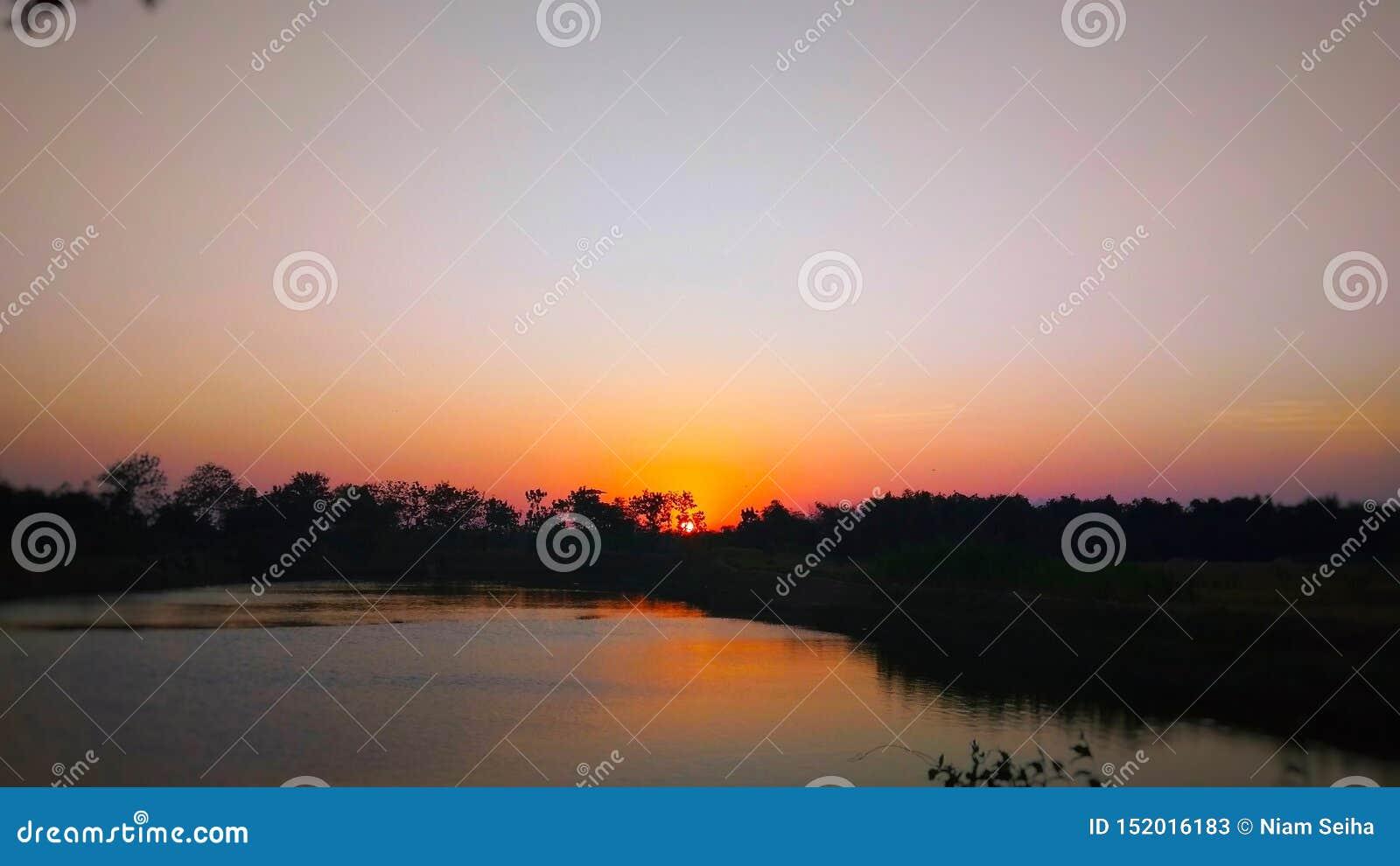在水库边缘的日落视图