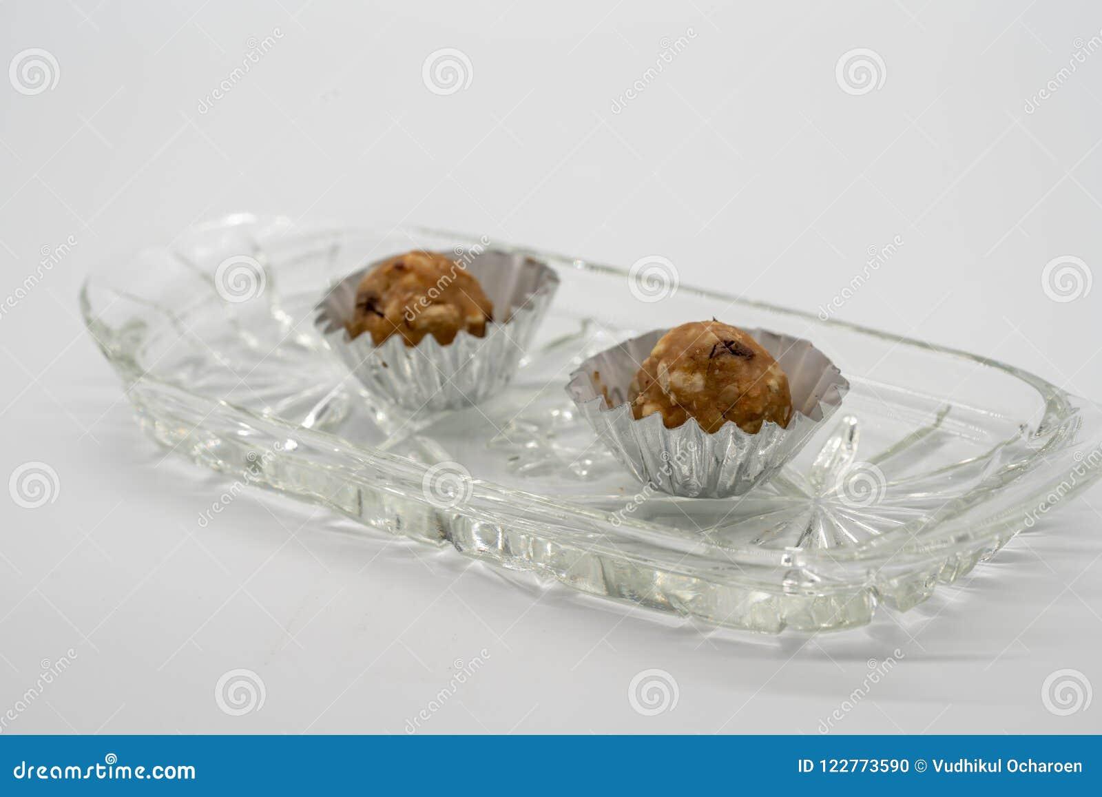 在水晶碗fo的微型巧克力和花生酱能量球
