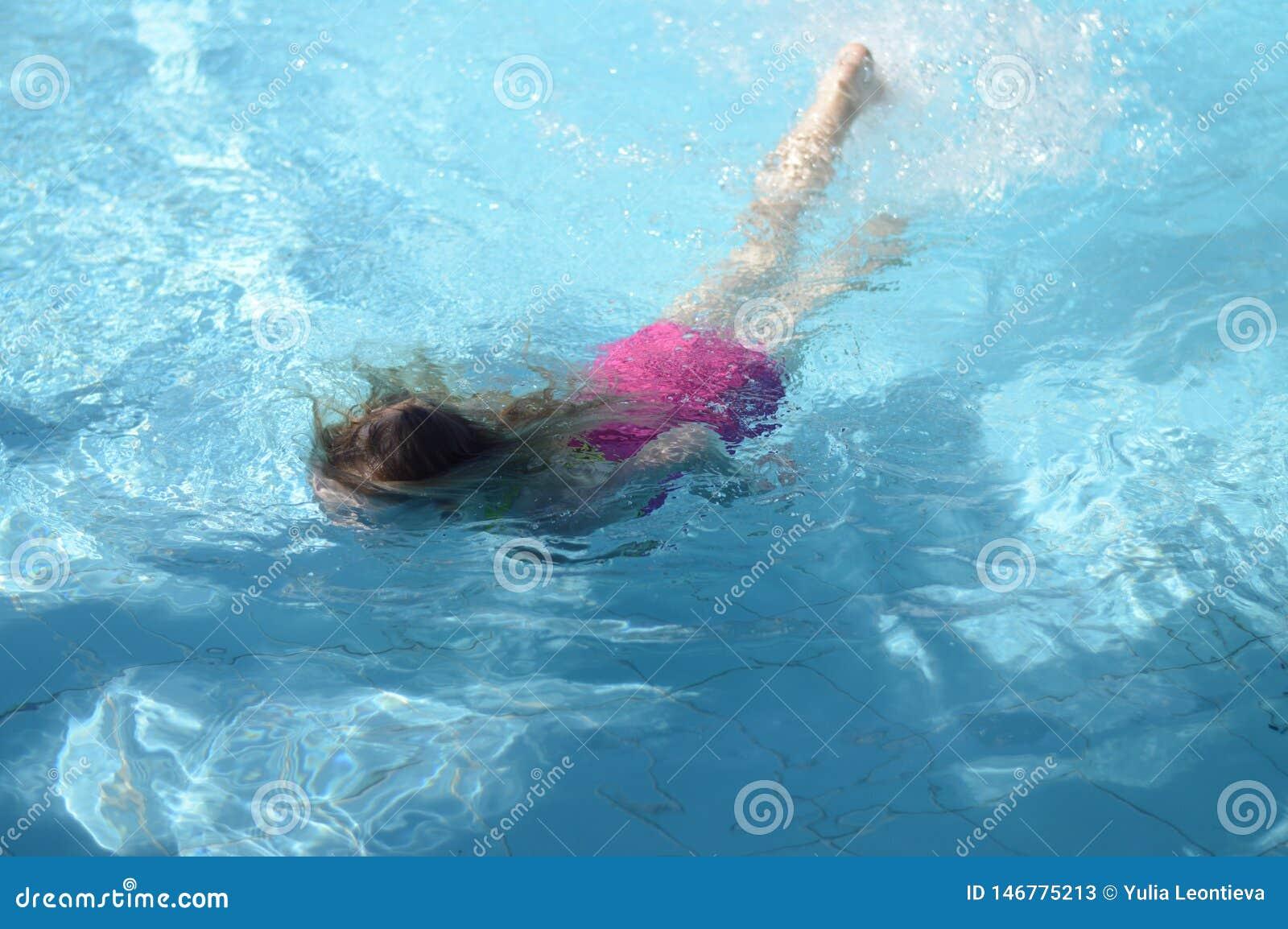 在水池的女孩游泳