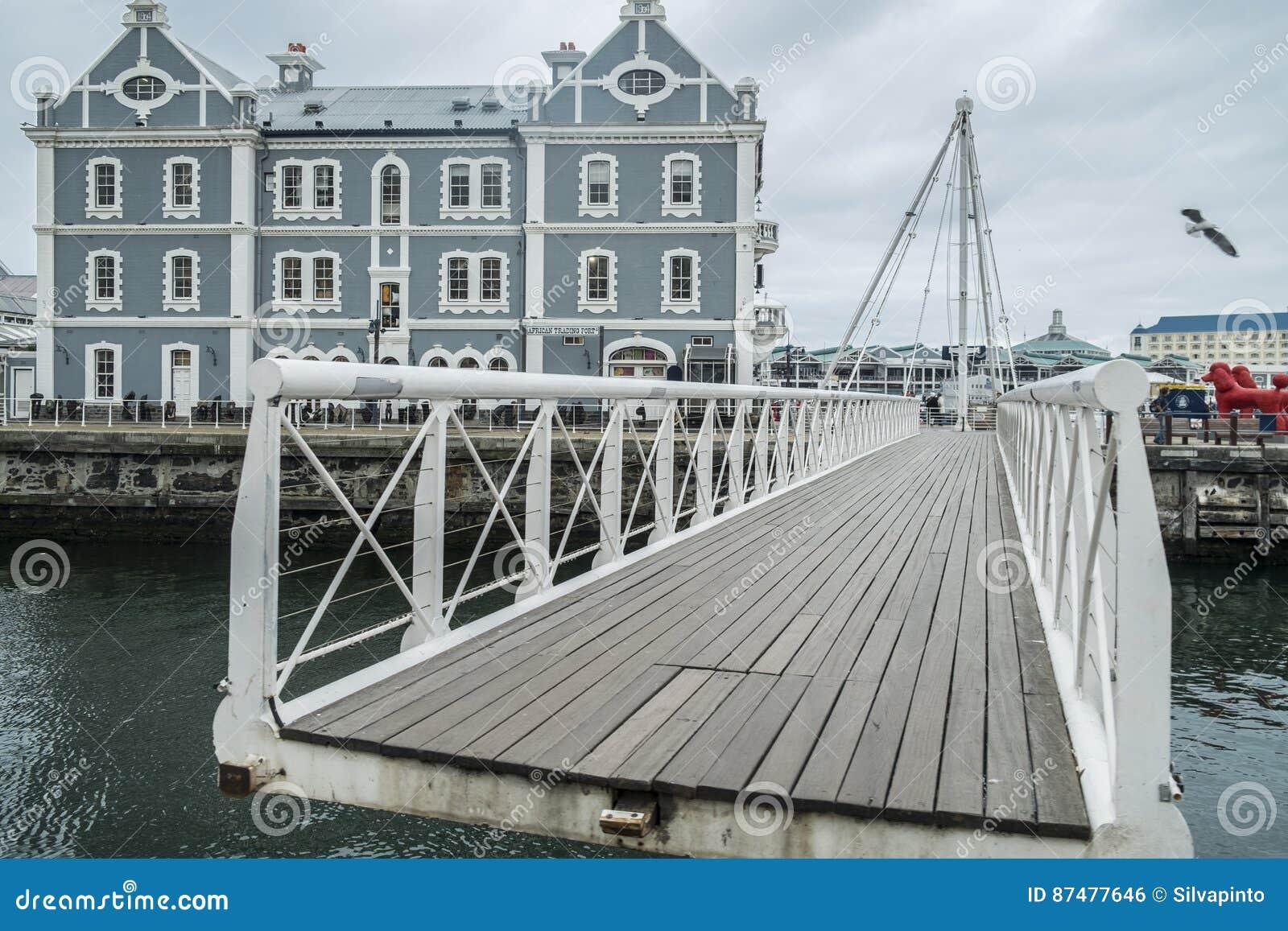 在江边港口的可移动的桥梁