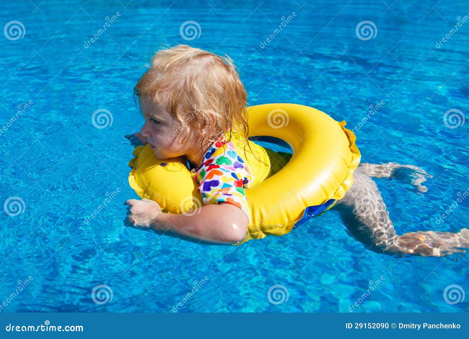 在池的一点婴孩游泳
