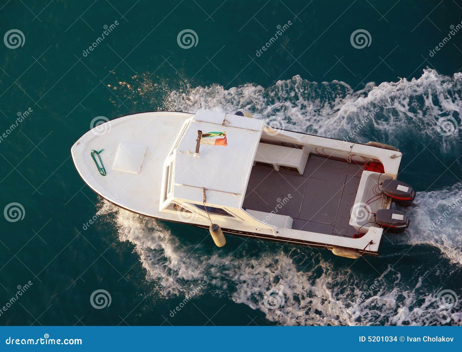 在汽艇之上