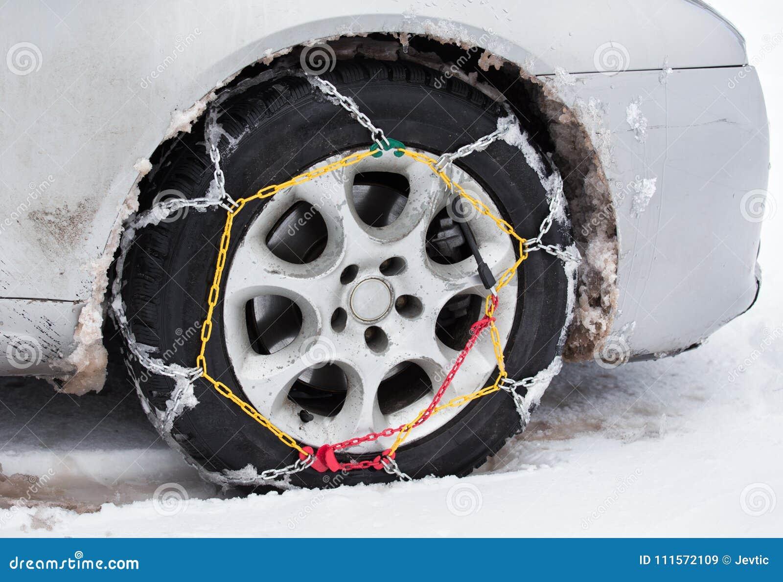 在汽车的防滑链在雪
