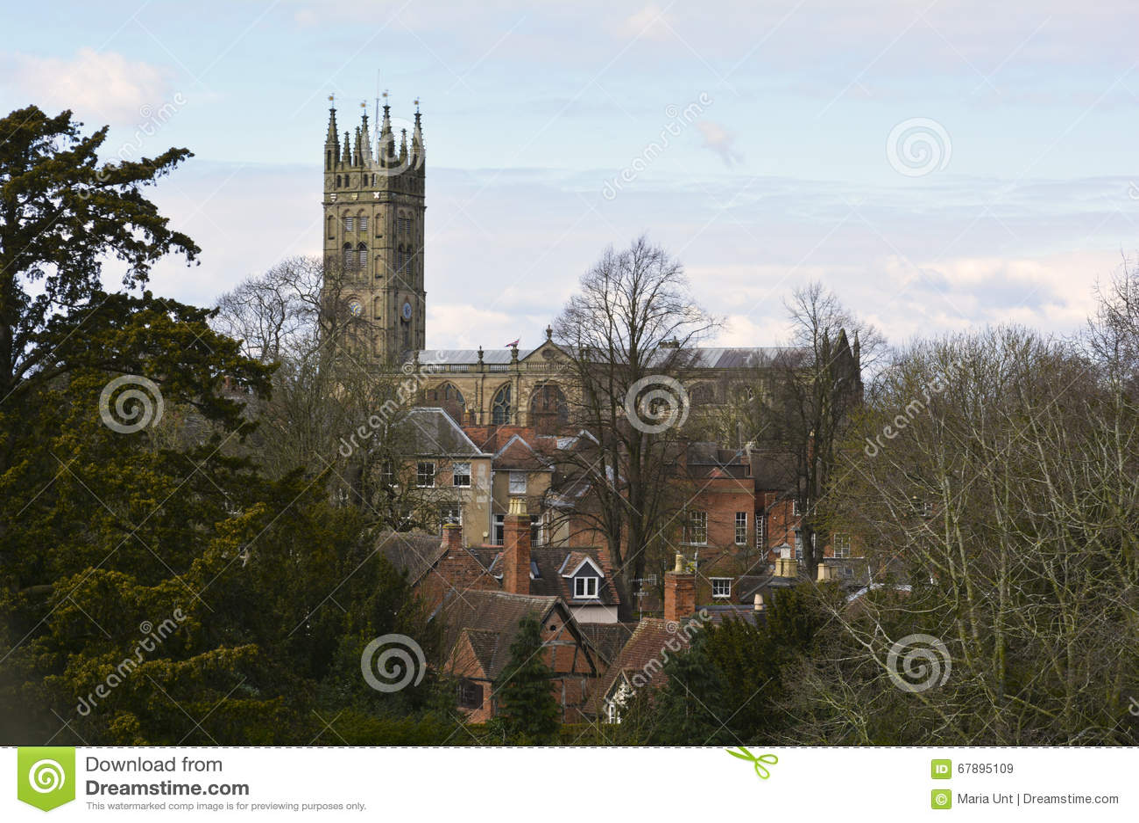 在沃里克,英国,英国中世纪大教堂和老镇的看法