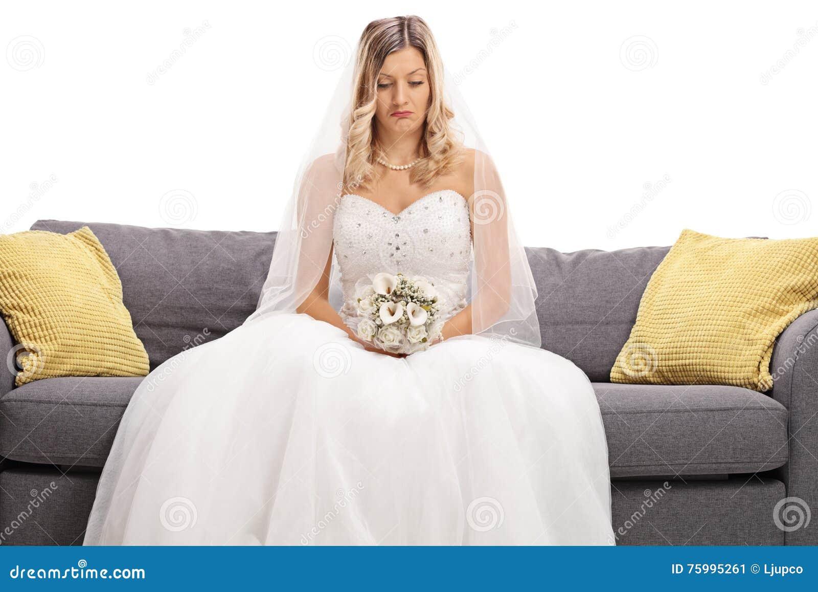 在沙发安装的沮丧的新娘