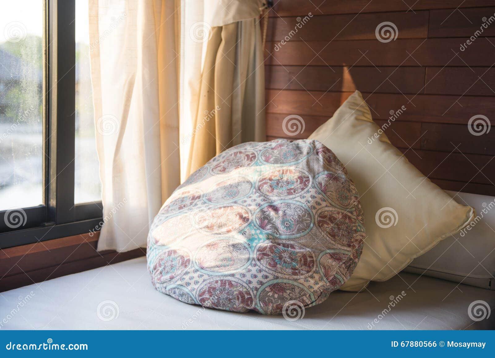 在沙发的枕头在卧室