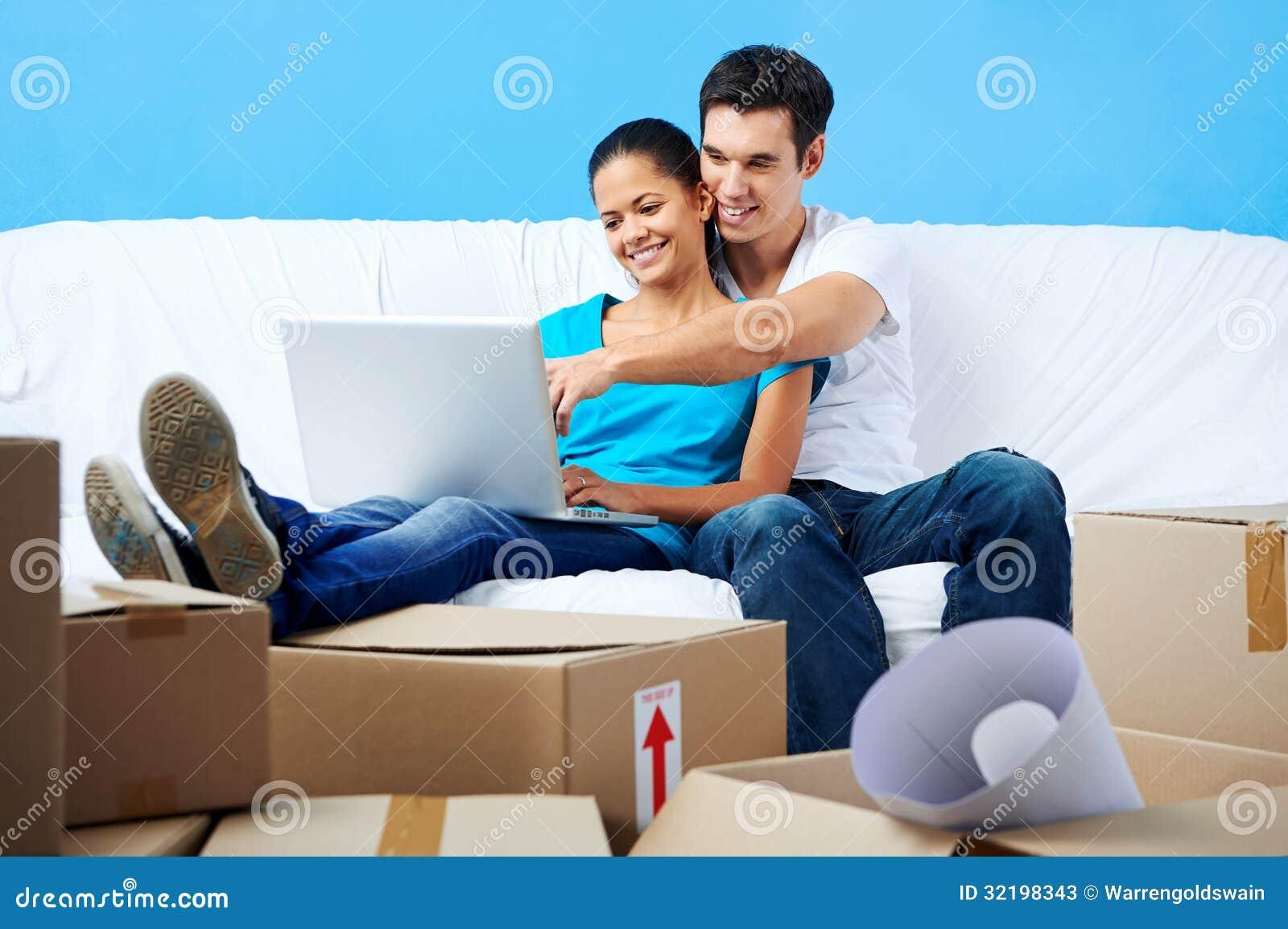 在沙发移动的夫妇