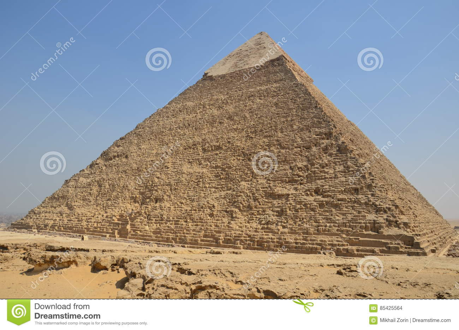 在沙子尘土的金字塔在灰色云彩下
