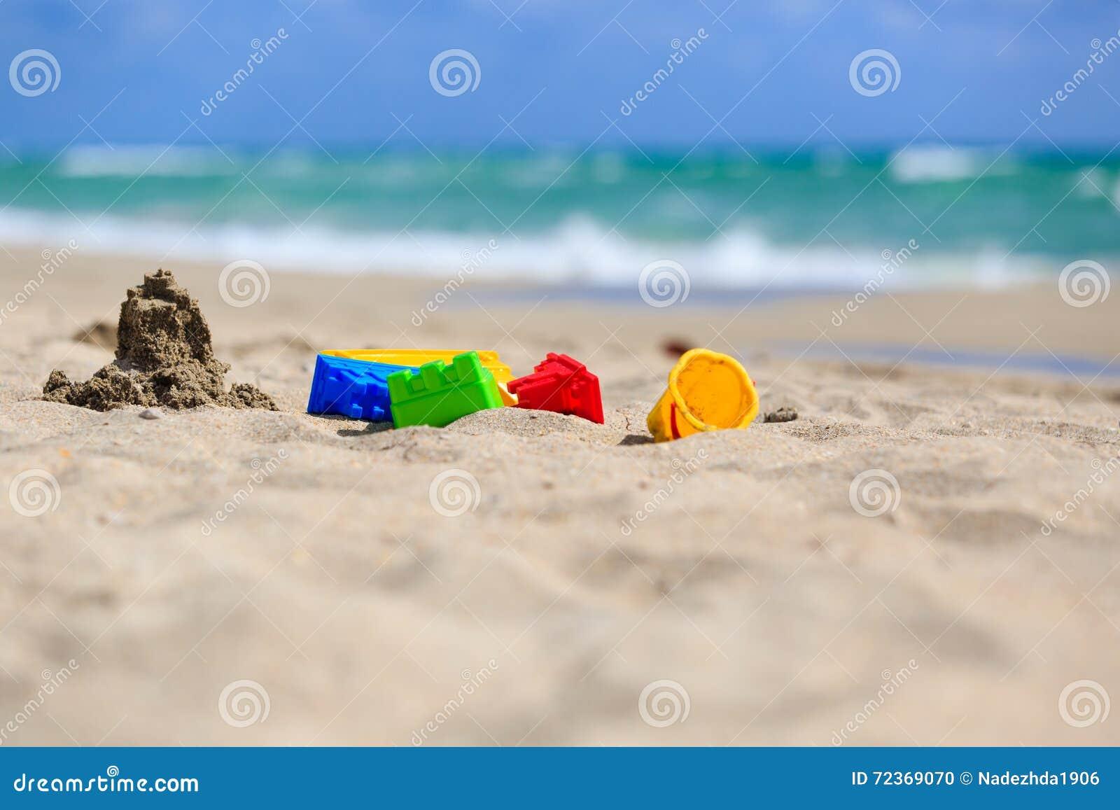 在沙子海滩概念的孩子戏剧