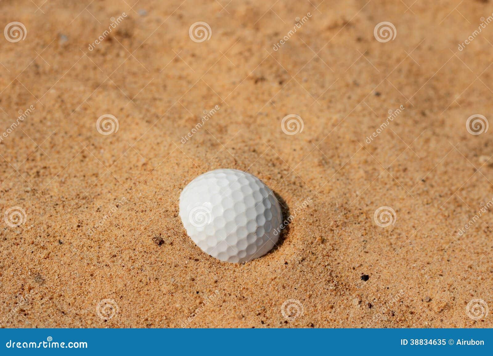 在沙子的高尔夫球在地堡