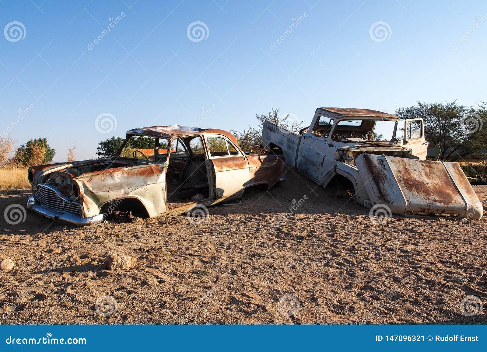 在沙漠围拢的单粒宝石的被击毁的汽车在纳米比亚