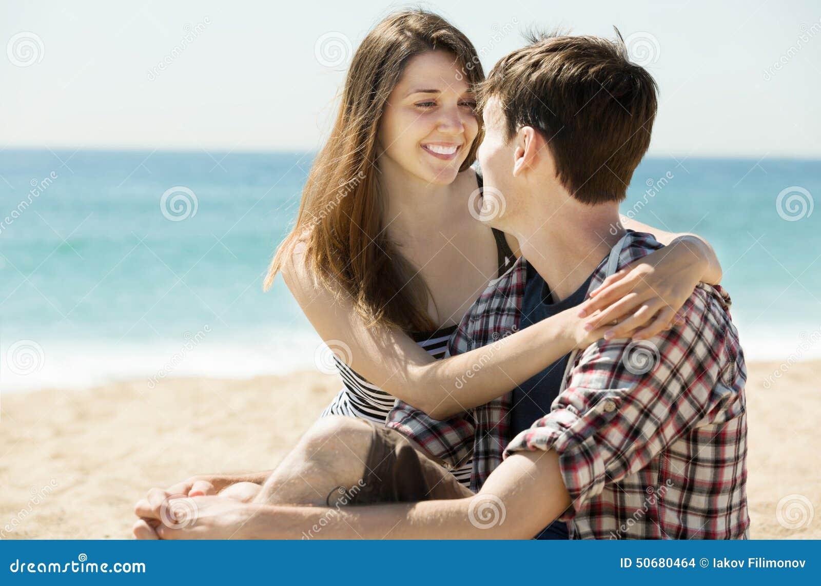 Download 在沙滩的微笑的夫妇 库存照片. 图片 包括有 偶然, 人们, 海运, 人员, 海岸线, 乐趣, 海洋, 自由 - 50680464