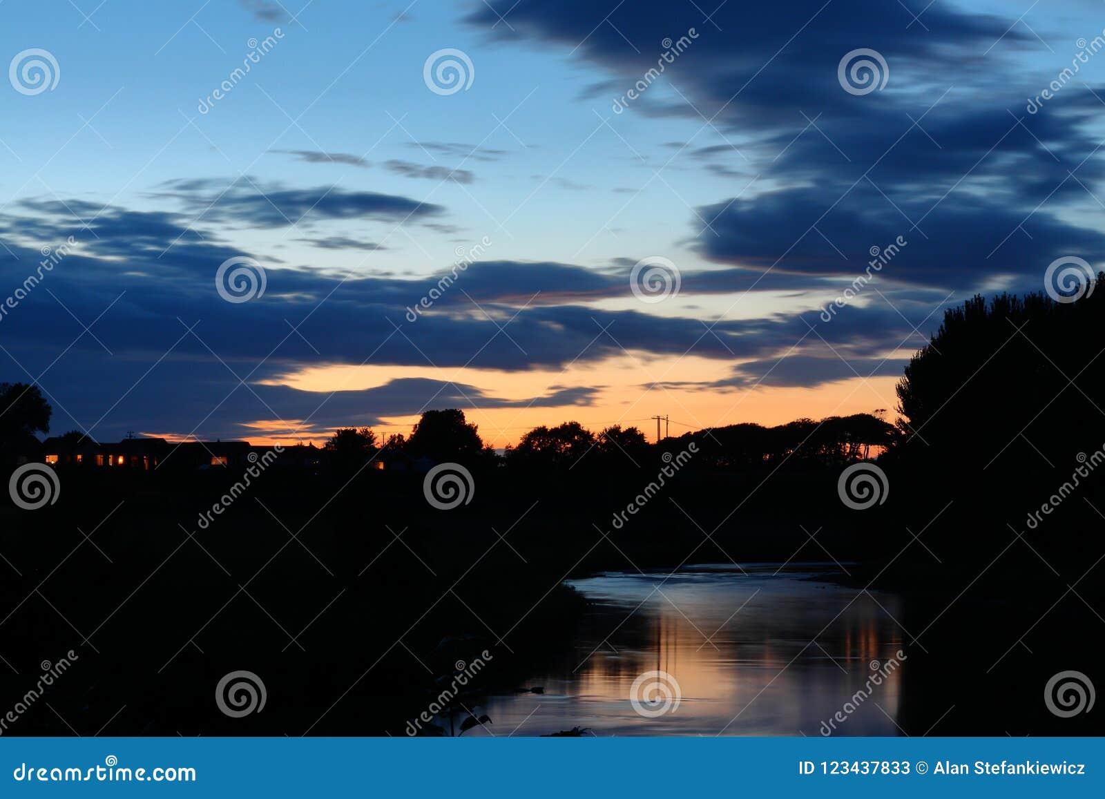 在河上的晚上天空