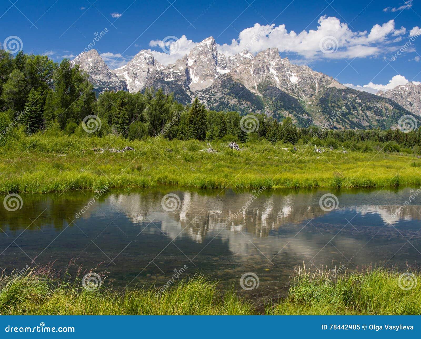 在河和山的平安的风景看法