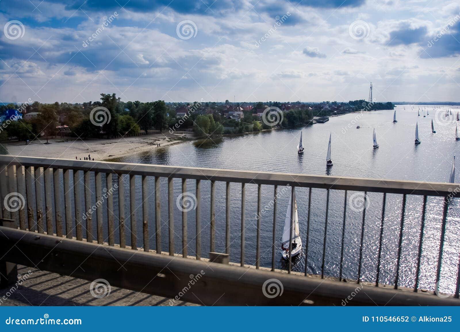 在河太阳反射的帆船从桥梁