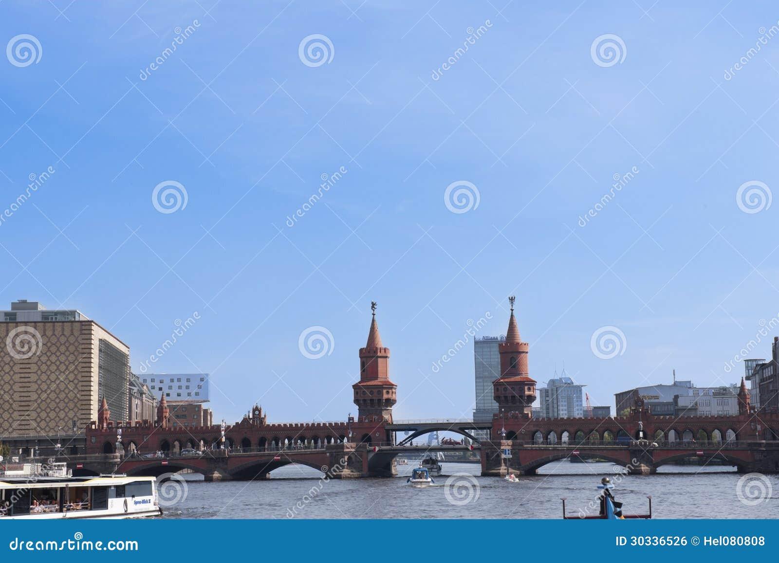 在河狂欢的历史桥梁在柏林