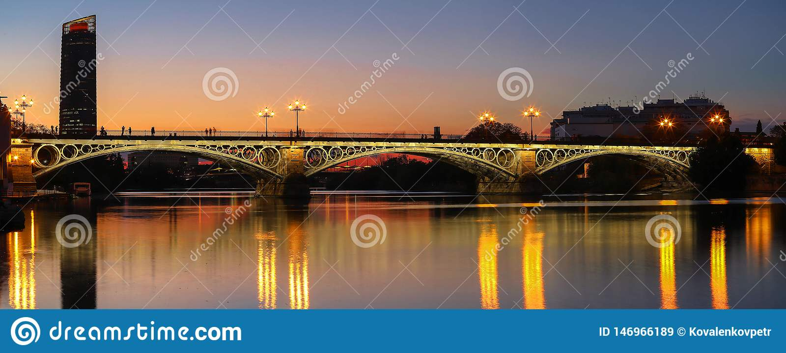 在河瓜达尔基维尔河日落的,塞维利亚,安达卢西亚,西班牙的特里亚纳桥梁