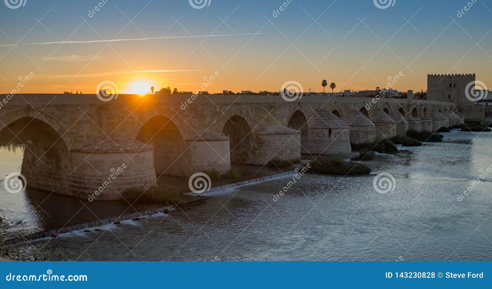 在河瓜达尔基维尔河的难以置信的罗马桥梁科多巴古老摩尔人镇的日落的