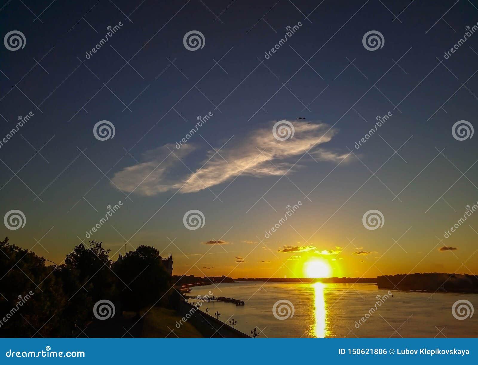 在河的云彩日落的光芒的