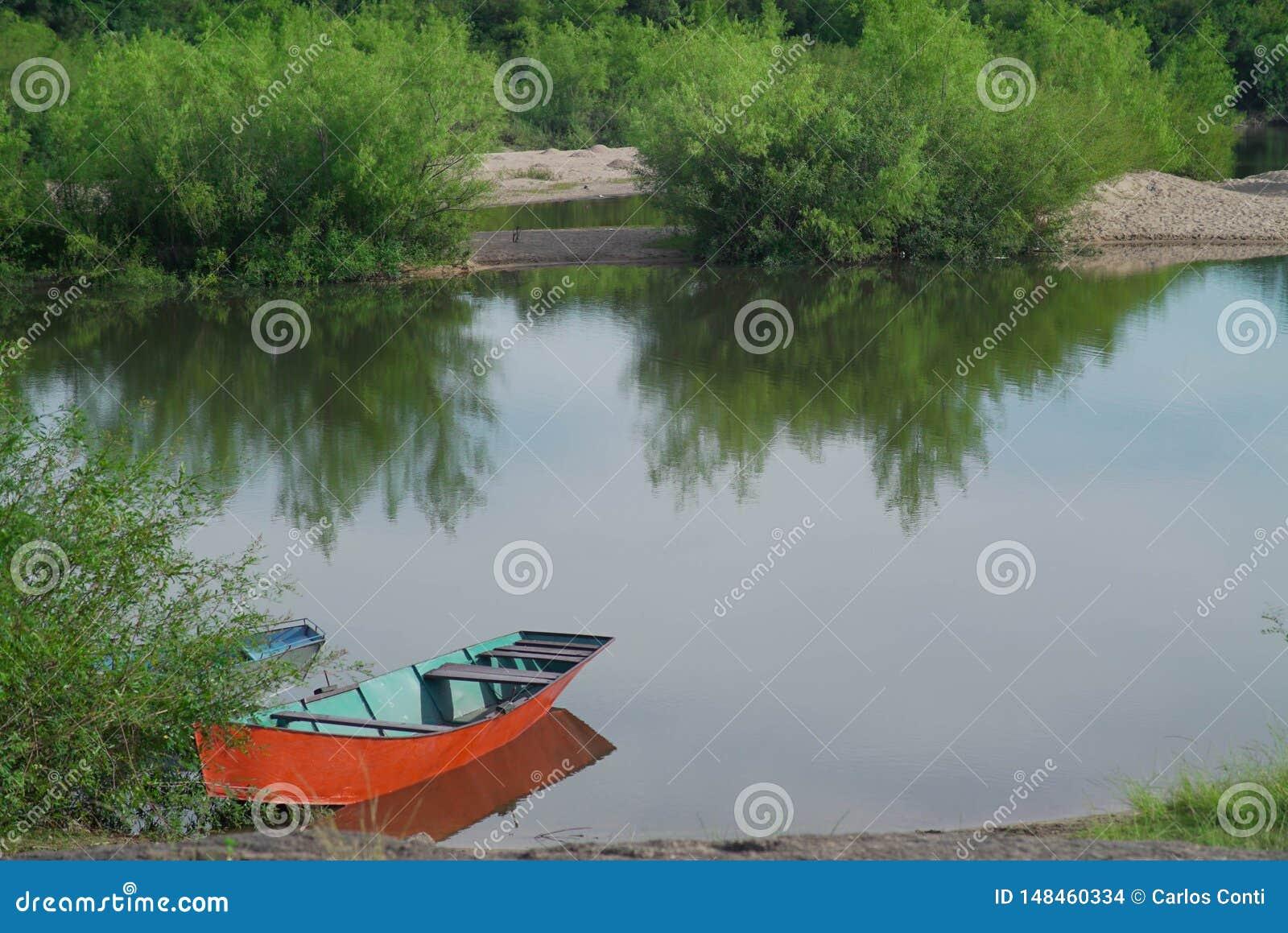 在河的岸停放的小船