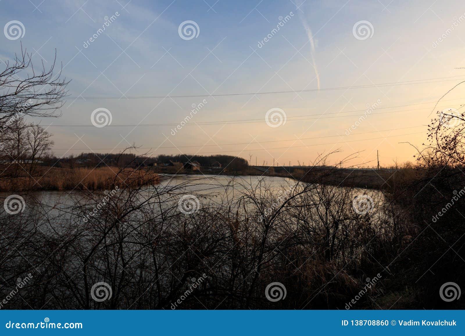 在河的日落在村庄