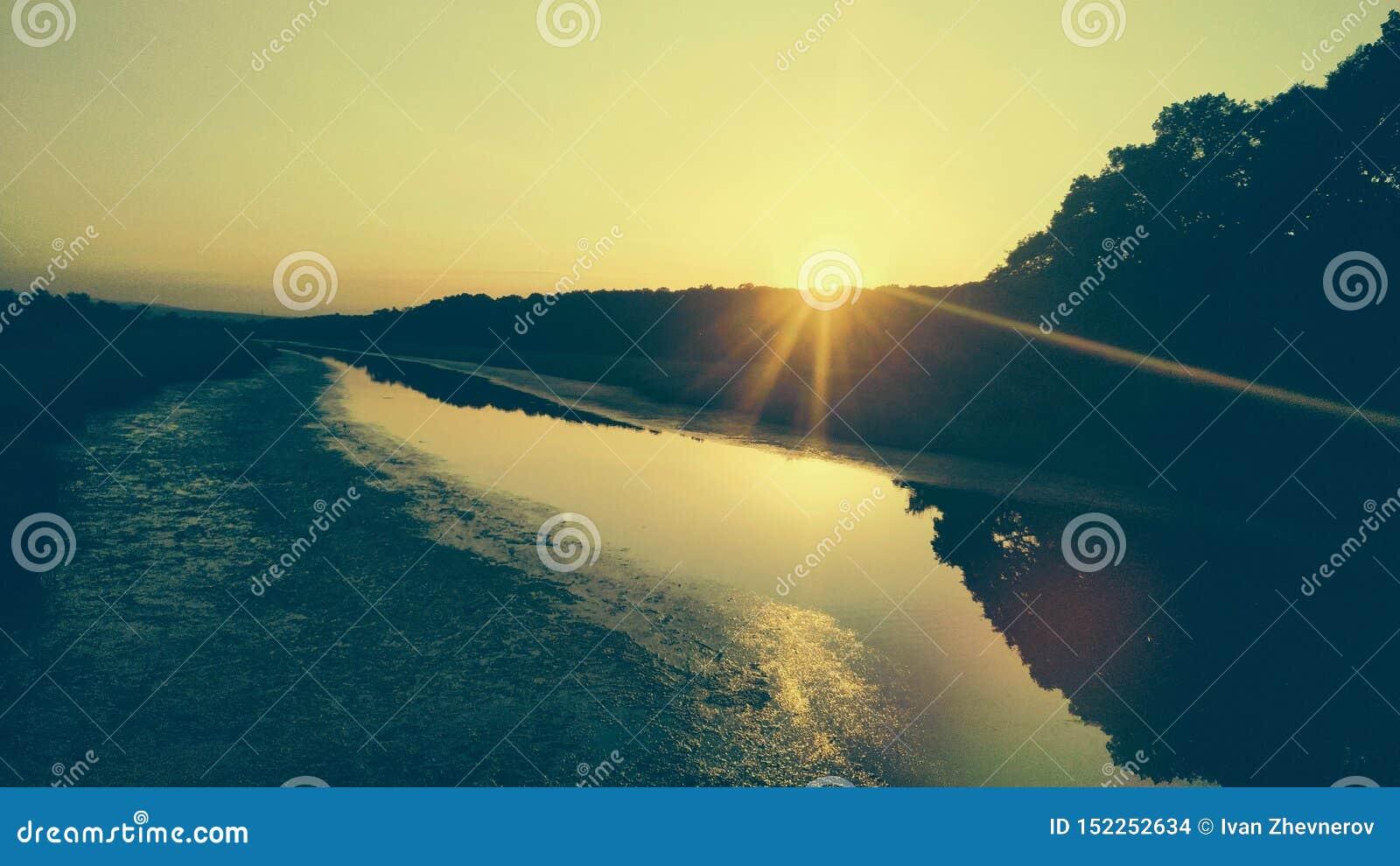 在河的日落
