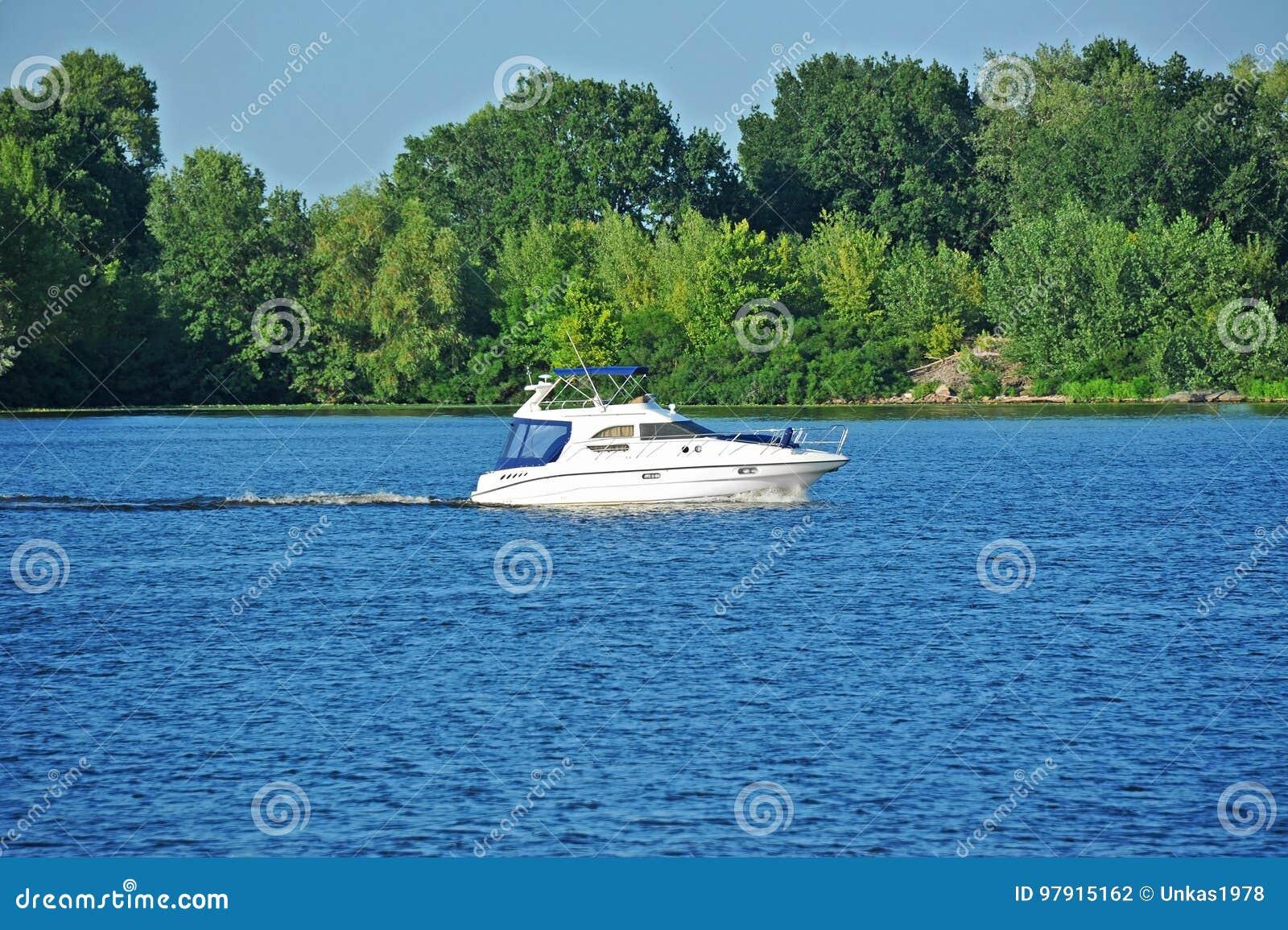 在河的汽艇