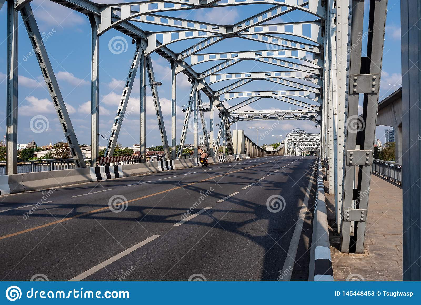 在河的空的老钢结构桥梁云彩天空蔚蓝背景的