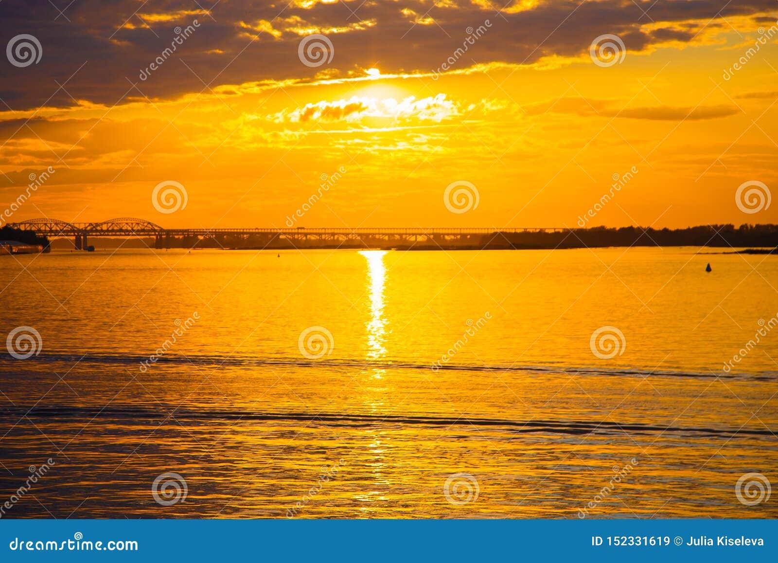 在河的美好的金黄日落