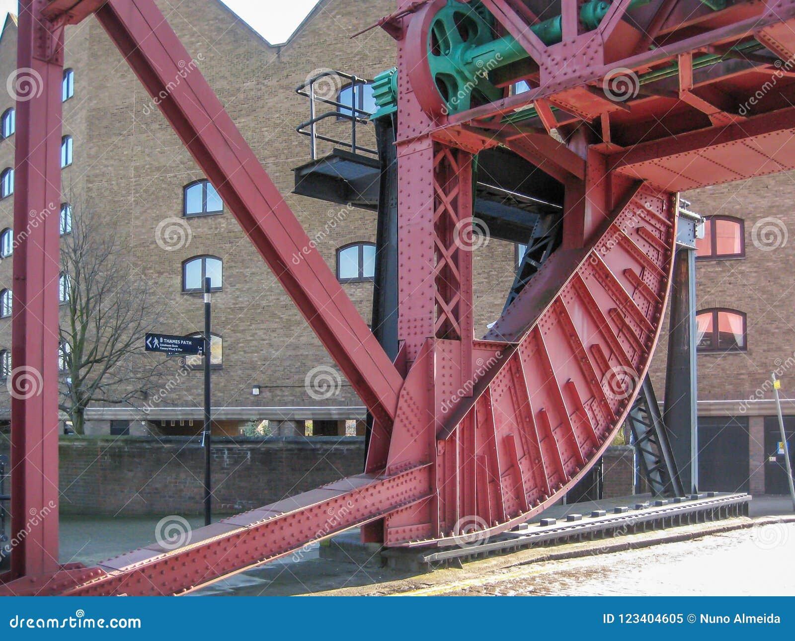 在河的金属结构桥梁
