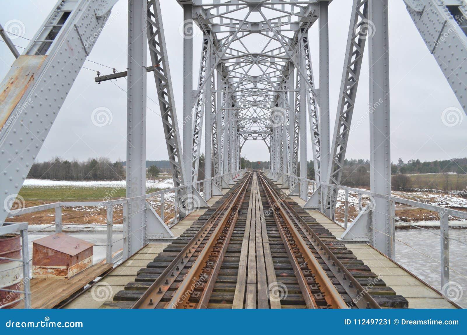 在河的铁路桥