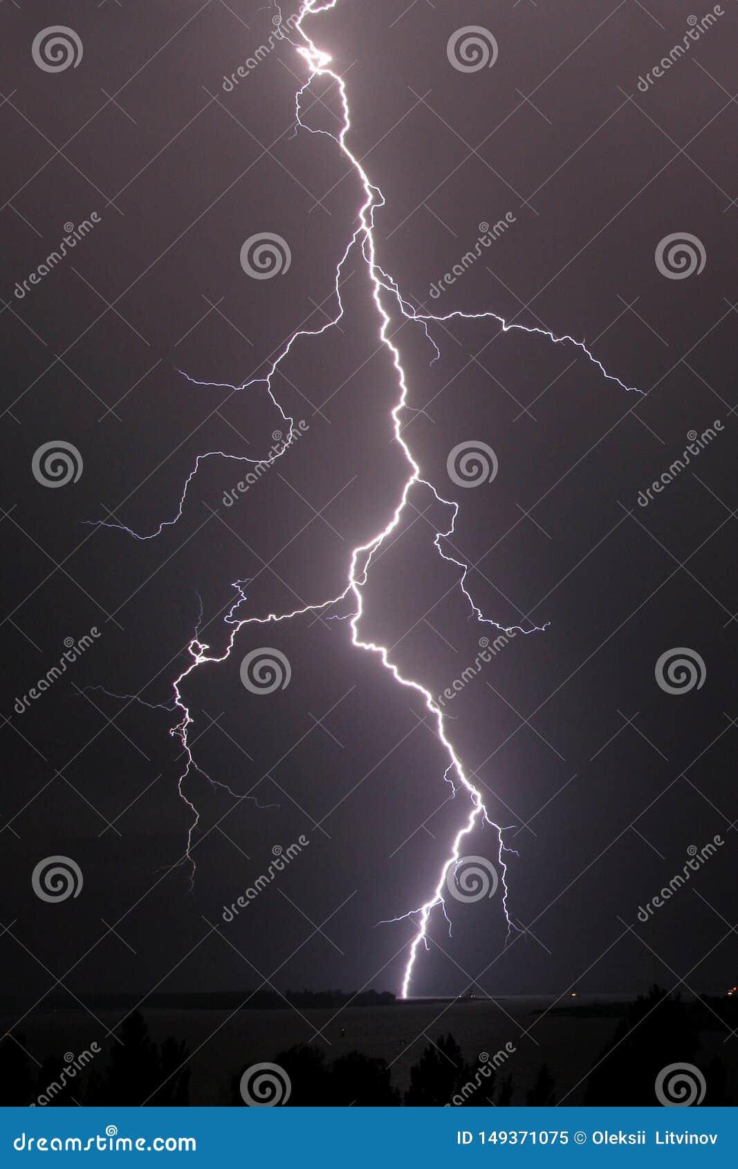 在河的雷暴和雷击在晚上