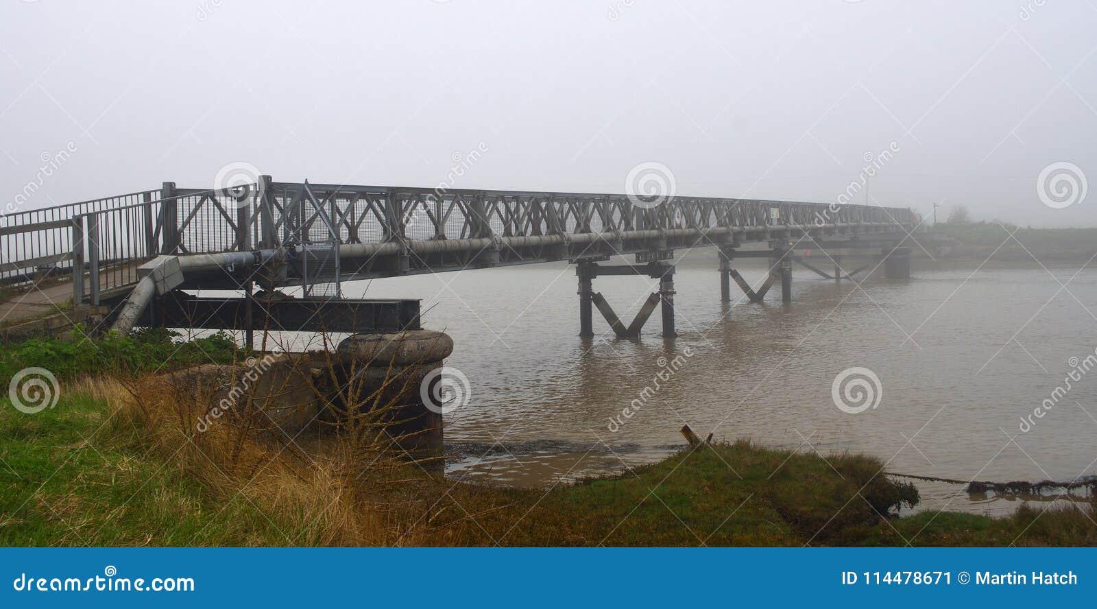 在河Blyth的脚桥梁雾的