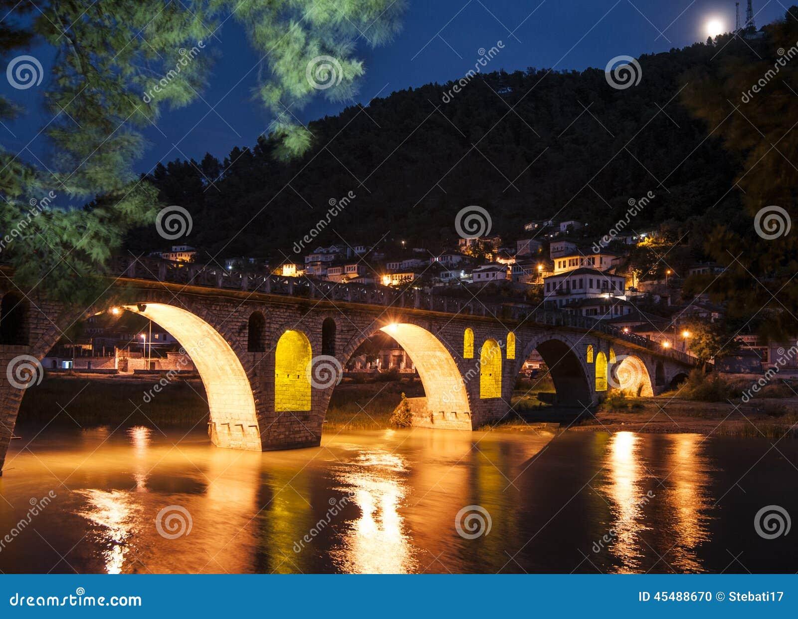 在河osum的桥梁在夜berat阿尔巴尼亚欧洲