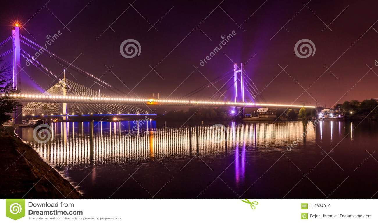 在河Sava跨接反射在贝尔格莱德