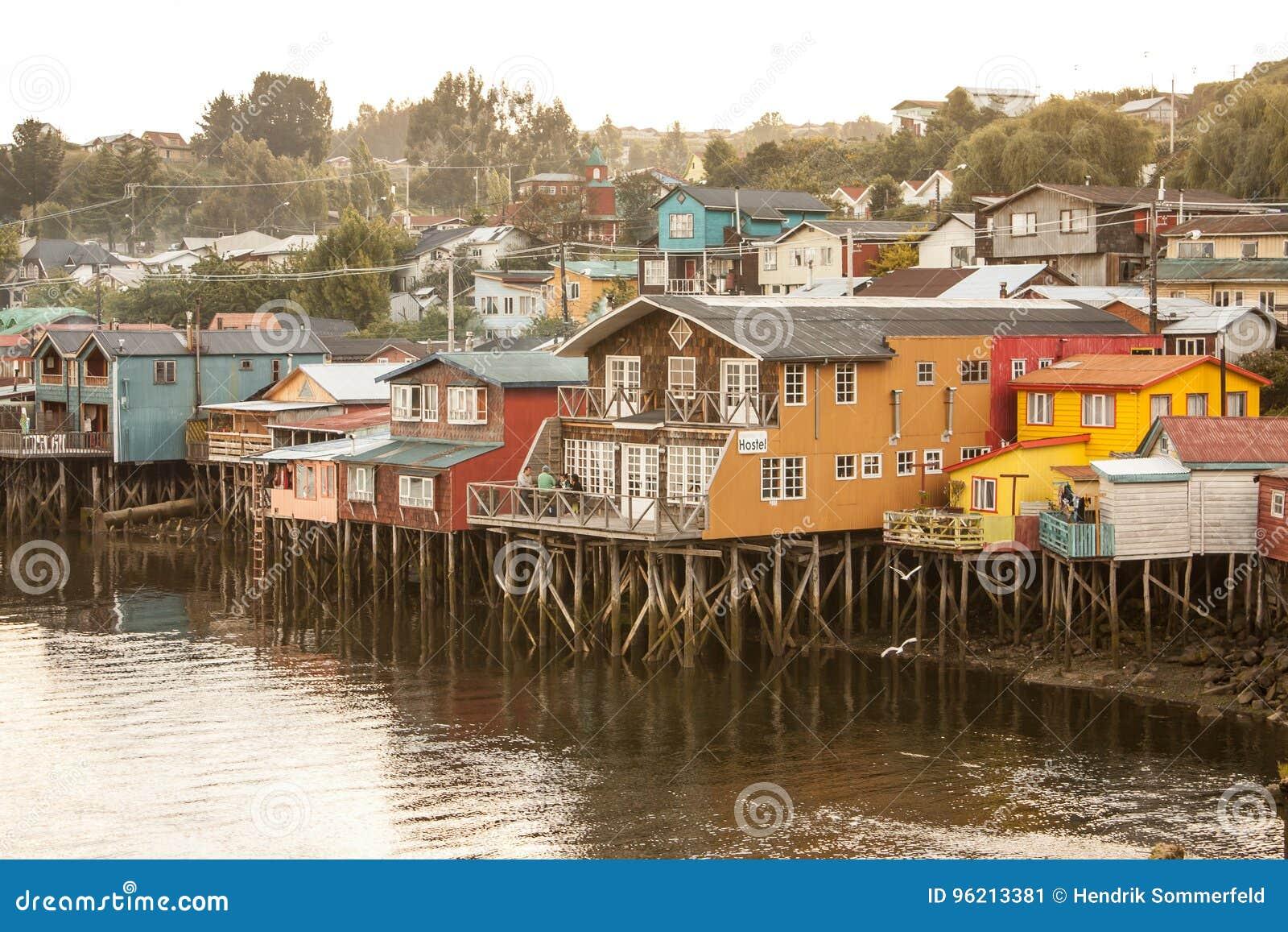 在沿水的高跷建造的传统木房子在卡斯特罗, Chiloe渐近在智利