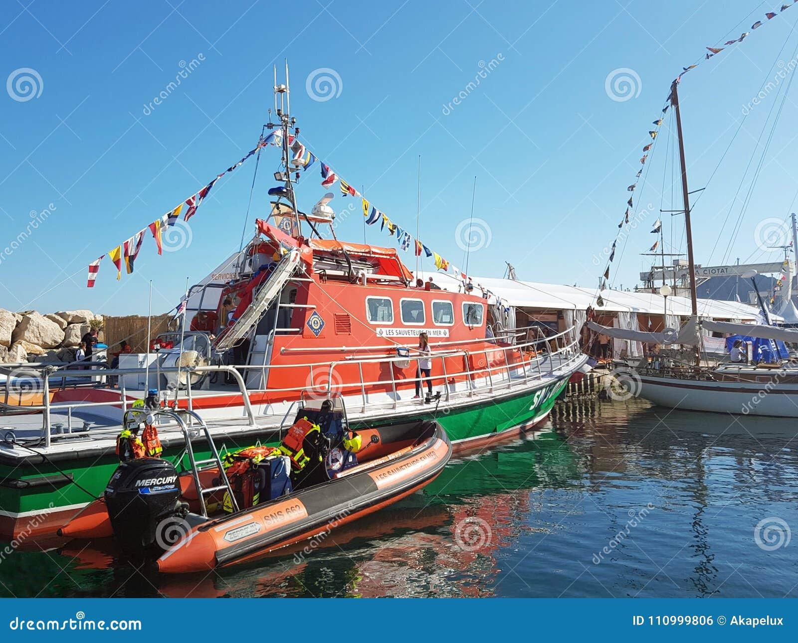 在法国海城市的小游艇船坞抢救在码头附近被停泊的船 小船展示在Ciotat 清楚的晴天 欧洲 Mediterran