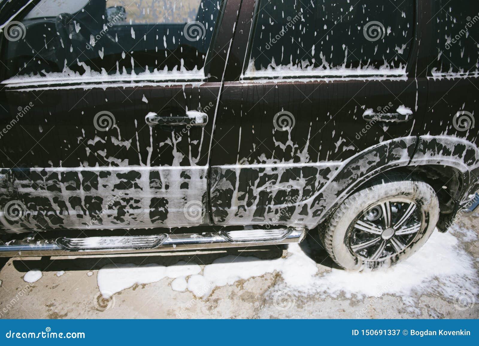在泡沫的汽车 E 在泡沫的汽车从洗涤剂