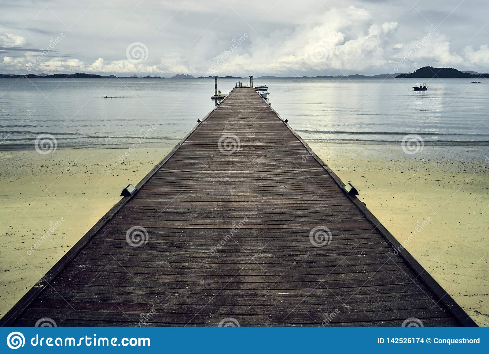 在泰国海滩的木码头