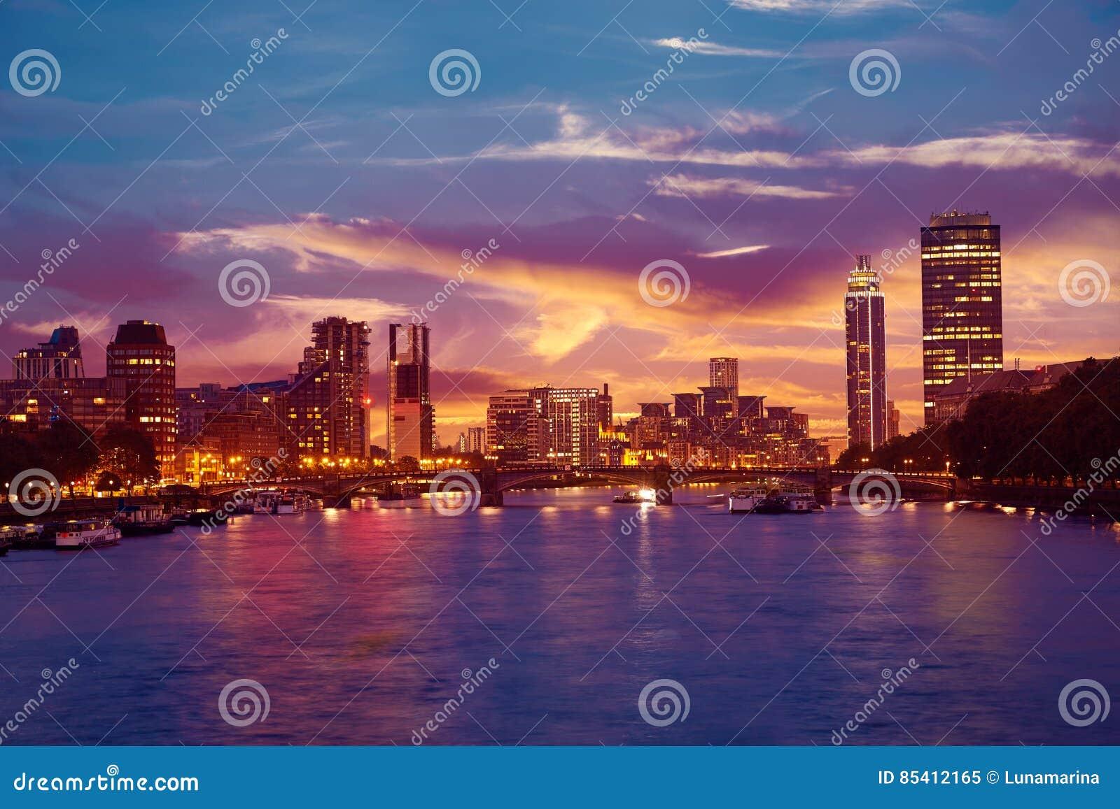 在泰晤士河的伦敦日落在大本钟附近