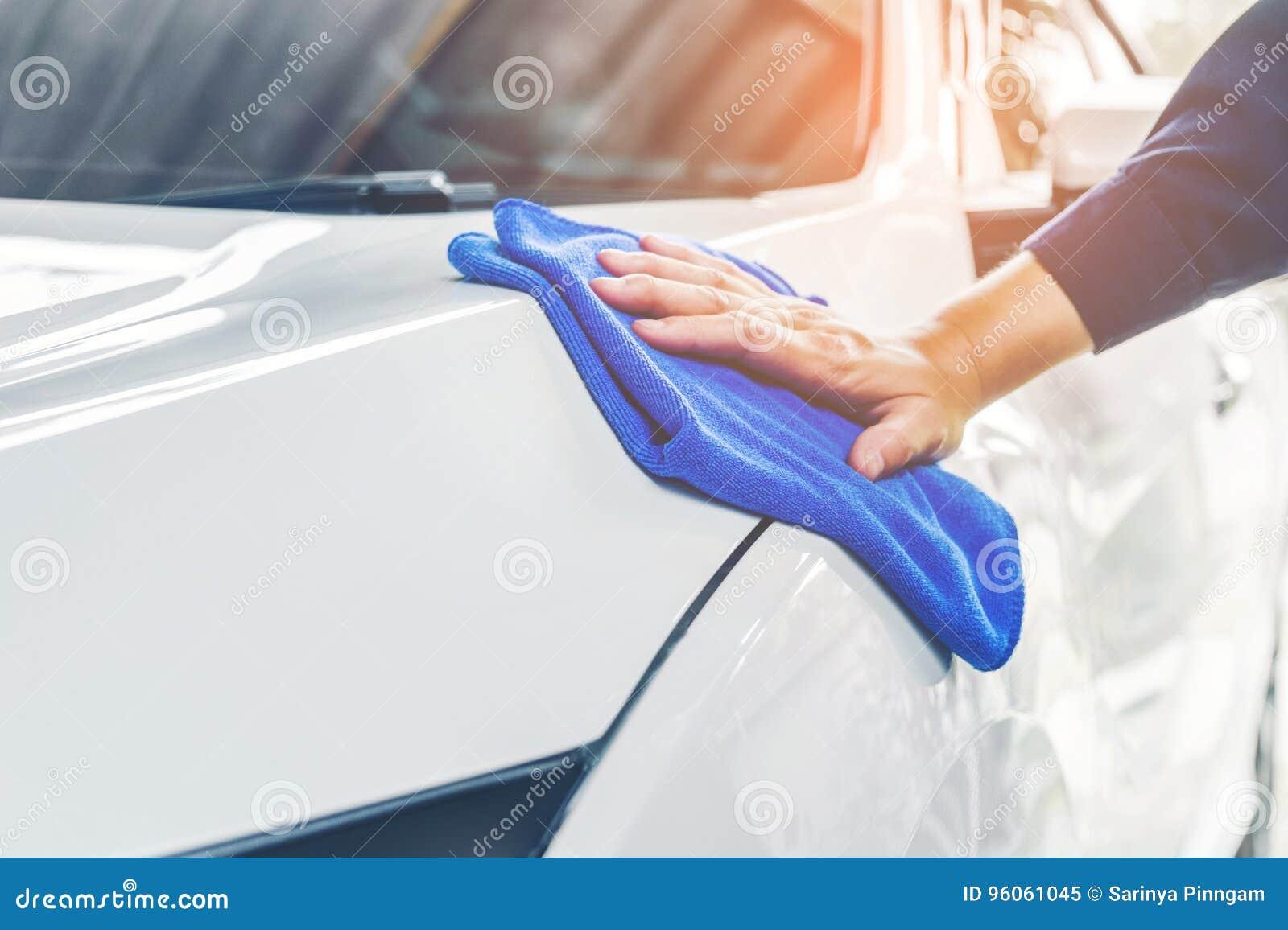 在洗车的工作者擦亮的汽车