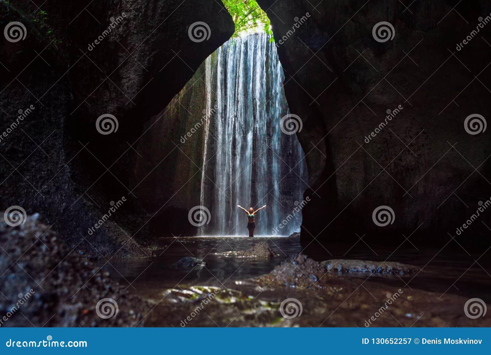 在洞瀑布下的妇女立场