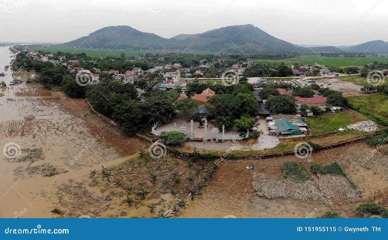 在洪水季节期间,寺庙在河