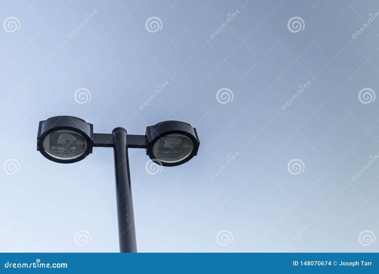 在浅兰的天空的双重街灯与CopySpace