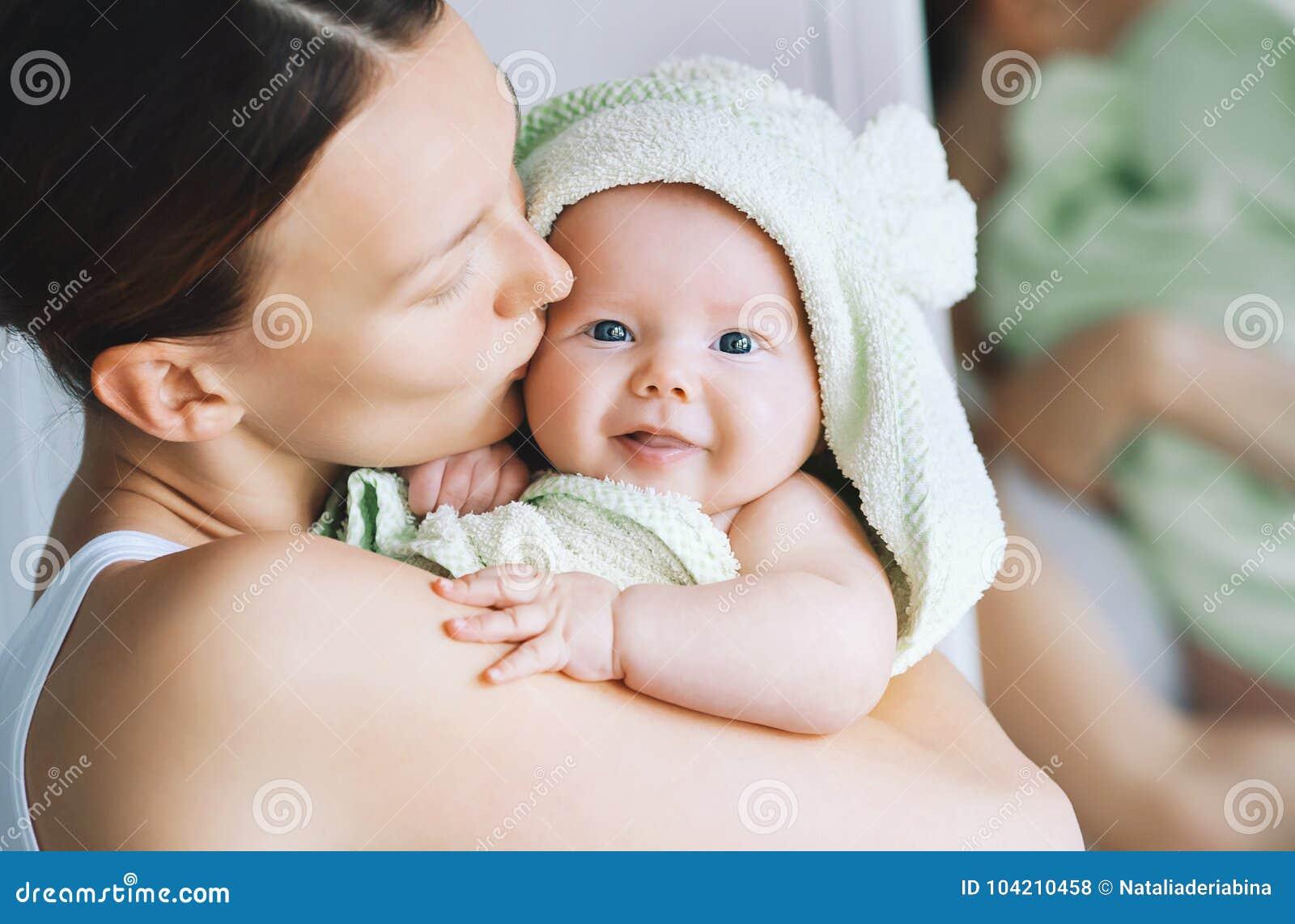 在浴以后的最逗人喜爱的婴孩与在头的毛巾